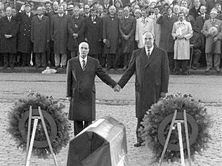 Kohl et Mitterrand Verdun (nb)
