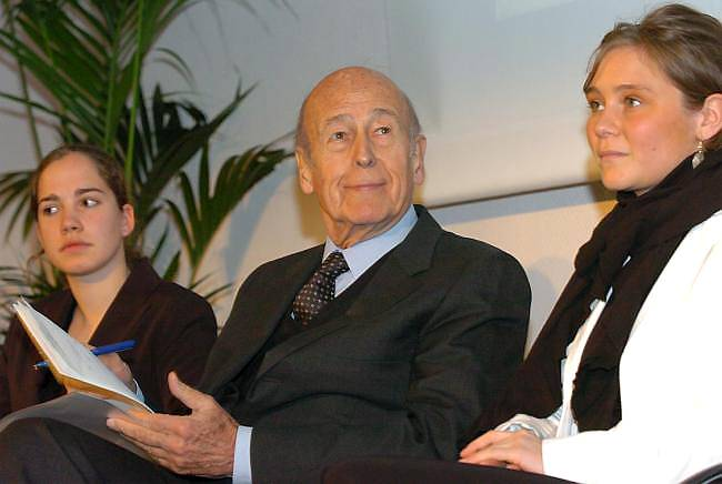 Giscard between two ESSCA students (14 April 2005).